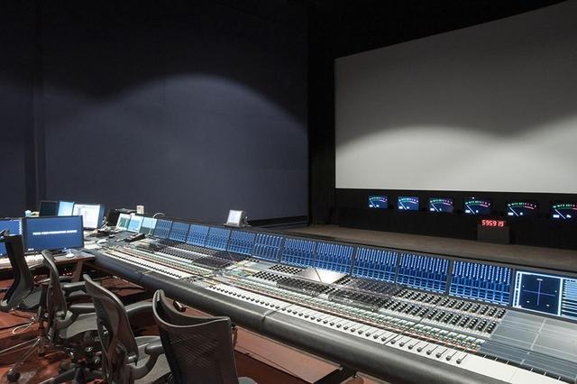 画像: 監督・ミキサー・プロデューサーが最高の音と映像で作業できる環境を目指した。ミキシングコンソールはAMS NEVEのDFC GeMiNiとのこと