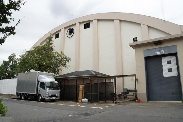画像: 東洋一と謳われた、東宝スタジオ第8ステージ。写真右側に同じ構造の第9ステージが並んでいる。屋根がかまぼこ型なのは、建築当時(1955年竣工)にこれだけの大きさを柱なしで作るためだったと思われる