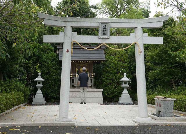 画像: スタジオ内にある「枚岡神社」は、芸能の守り神を祀ったもので、昭和8年に大阪にある枚岡神社から分霊された。今でもクランクインの際にスタッフやキャストのお祓いをするために使用されている。潮さんもしっかりお参りを
