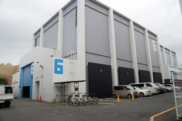画像: こちらは150坪の広さの第6ステージで、2010年に完成した。冷暖房や無線LANも完備しており、快適な映画製作ができるように細やかな気配りがなされている