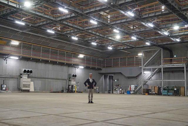 画像: 第8ステージの内部には、縦41m、幅33mという広大な空間が広がっている。街並のセットを作ろうと思ったら、これくらいのスペースは必要になるのだろう