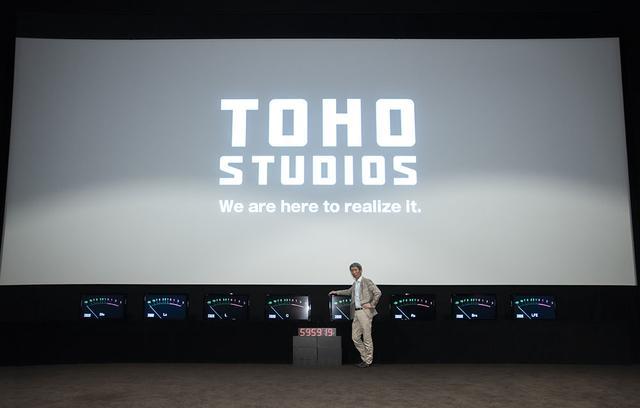 画像: ダビングステージ1には、幅10.8m×高さ4.5mの大型スクリーンが備えられている。プロジェクターはクリスティのCP2220。音のバランスがひとめでわかるよう、オリジナルのVUメーターまで準備している
