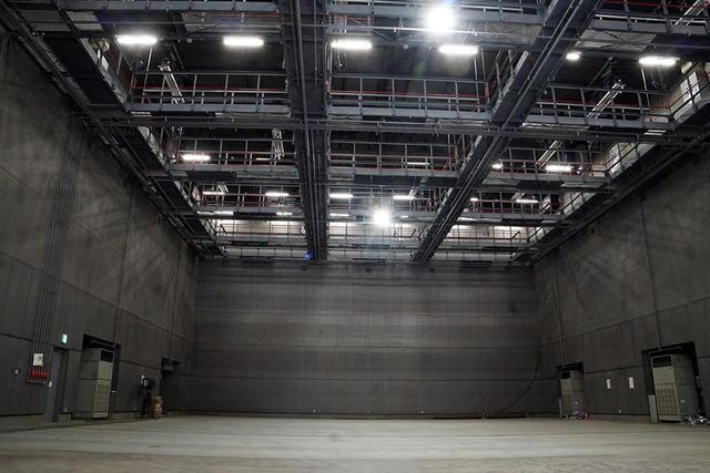 画像: 縦長な造りで、奥行のある映像を撮影できる第10ステージ。天井にある照明バトンは個別に昇降が可能で、アクション用のワイヤーを取り付けるフックも準備されている