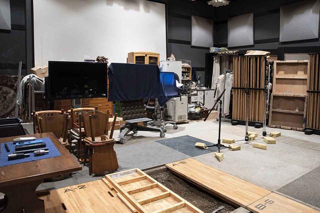 画像: 様々なアイテムが並ぶ、フォーリーステージ。写真手前には各種床材が準備され、その下には土も敷き詰められている。写真右奥に見えるのは音響調整用のオリジナルボードとなる