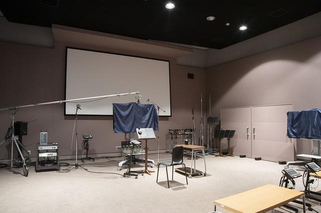 画像: アフレコステージは、天井も高くひじょうに余裕のある造り。ハリウッドのピクサースタジオと同じ方式で設計されていて、5角形の壁面が特徴となる