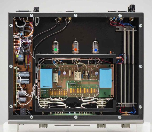 画像: 内部。伝統ともいえるモノコックシャーシを採用、増幅アンプ部はインナーシャーシに収め本体シャーシに吊り下げる構造。左右チャンネルの回路は1.6mm厚の銅板で絶縁される。さらに、重要な信号線には音質を考慮してステンレス製チューブを用いたシールドを採用する。