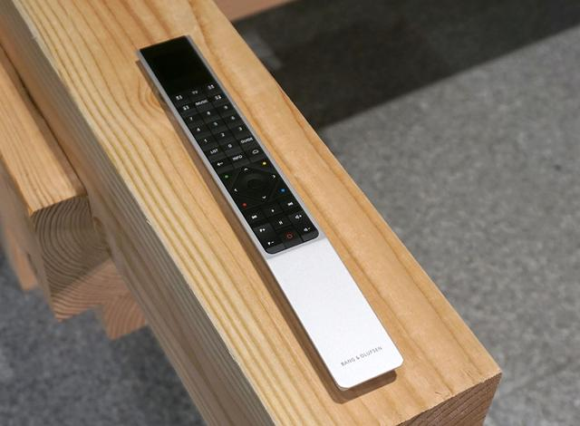画像: Beovision Harmonyのリモコン。Soundcenterにつないだ機器については、このリモコンで各種操作が可能になる。入力端子別にテレビの状態(テレビを見るか、音楽再生かなど)やサラウンドモードをメモリーする機能もあり
