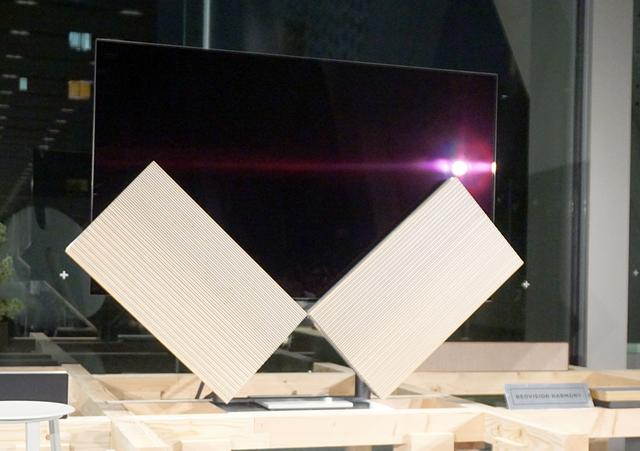 画像: 77インチの4K有機ELテレビ「Beovision Harmony」は、電源のオン/オフでスピーカーの形態が変化する