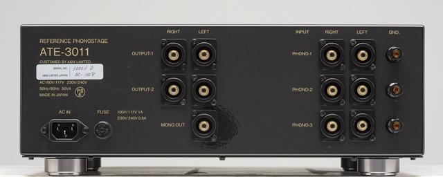 画像: リアビュー。右にフォノ入力(MM)3系統を配置、それぞれに独立したアース端子をもつ。中央は出力端子で、2系統のステレオ出力の他に1系統のモノーラル出力を備える。入出力端子はいずれもRCAアンバランス。