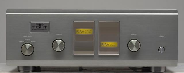画像: フロントビュー。左は入力切替えで、本機は3系統のMM入力を備える。中央に配置された表示部の左右のノブはイコライザーカーブの切替えで、左側はターンオーバー(低域補正)、右はロールオフ(高域補正)。それぞれに代表的なイコライザーカーブであるRIAA、NAB、AES、FFRR、FLATから選択する。