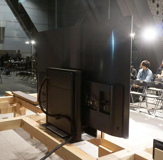 画像: 背面中央にSoundcenterを備え、ここにBDレコーダーなどを接続えできる。Soundcenterの両脇には有機ELテレビを上げ下げするための機構も搭載されていた