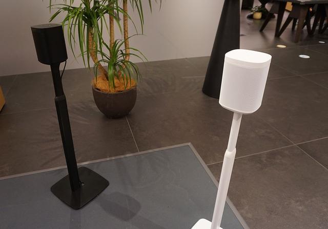 画像: 新製品の「Sonos One SL」はホワイトとブラックをラインナップ。オプションのスタンドも準備されている