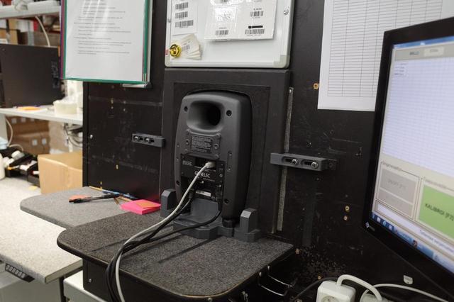画像: スピーカーが大きな音響ボックスに填め込まれ、ここで所定のテスト信号を発音。ボックス内部のマイクでキャプチャーされ、特性が測られる