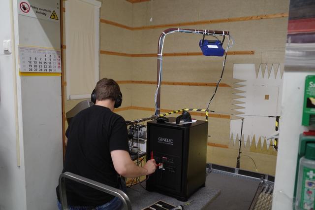 画像: ジェネレック製品は、ユーザーの手許で数十年も使われるため、品質管理を厳重に行なっている。製造ラインの枢要な部分で、全数検査を実施。所定のスペックを得ているか頻繁にチェックされる