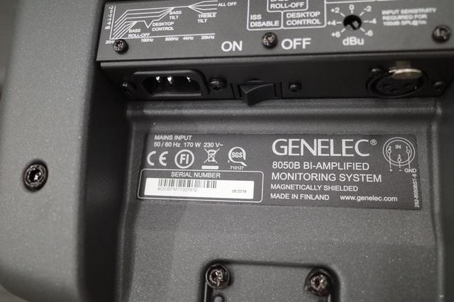 画像: スピーカー裏のシリアルナンバーが、ジェネレックとユーザーを結ぶ架け橋。製造/検査工程で測られた各種の音響データが、この番号と紐づけられている。修理された場合は製造時と同じ特性にして返す