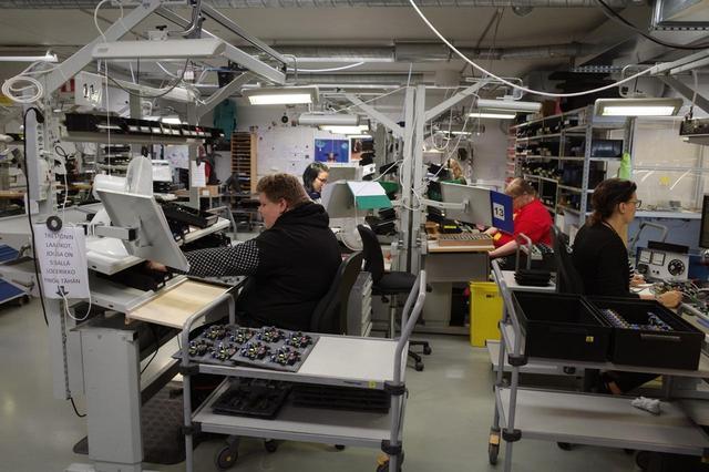 画像: ジェネレックは回路、ユニット、エンクロージャーとアクティブスピーカーに関わる主要部品を内製している。「社内生産こそ、品質の鍵」と考えるからだ。写真は本社屋内のアッセンブリーライン
