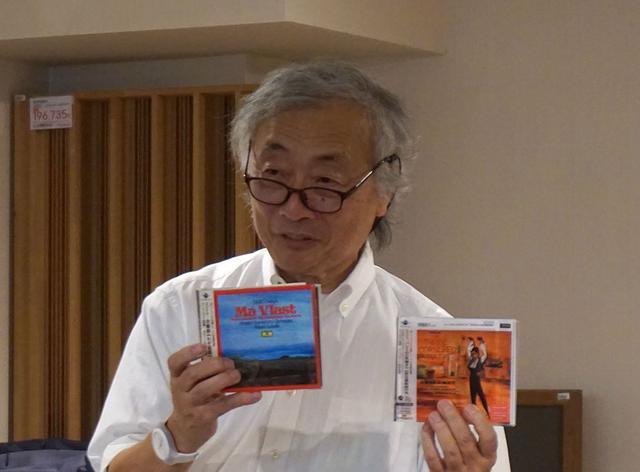画像: お気に入りのMQA CDを紹介する麻倉さん