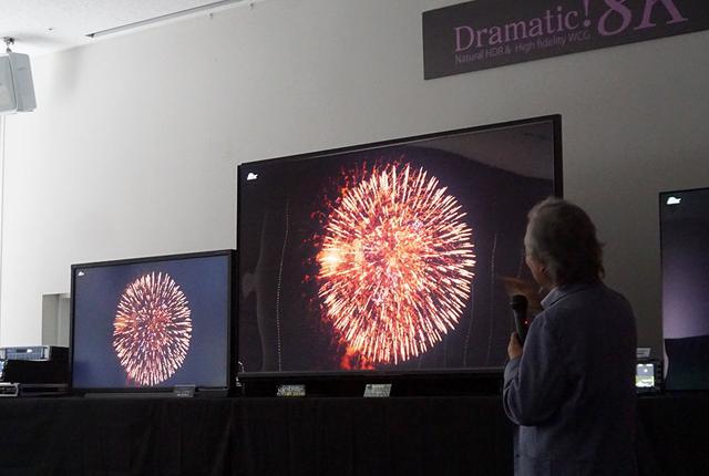 画像: 8Kモニターを2台使って、QT-8000の見所を紹介