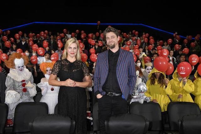 画像: ファンミーティングに参加するため来日した、製作のバルバラ・ムスキエティ(左)と、監督でバルバラの弟でもある監督アンディ・ムスキエティ(右)。映画データベースサイト「IMDb」によると、次回作としてエズラ・ミラー主演のDCヒーローもの『フラッシュ』と、ハリウッド版『進撃の巨人』がアナウンスされている