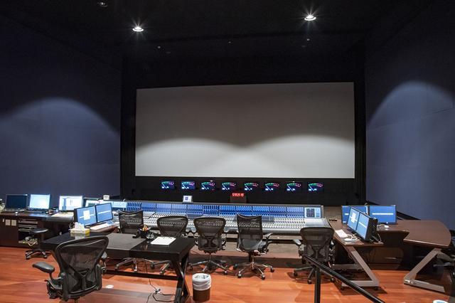 画像: ダビングステージ1の全貌。米国ソルター社が設計し、トリノフの音響補正プロセッサーも設置されている