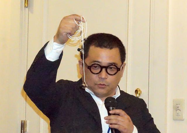 画像: A8000を取り出す、SNEXT株式会社 代表取締役社長の細尾 満氏