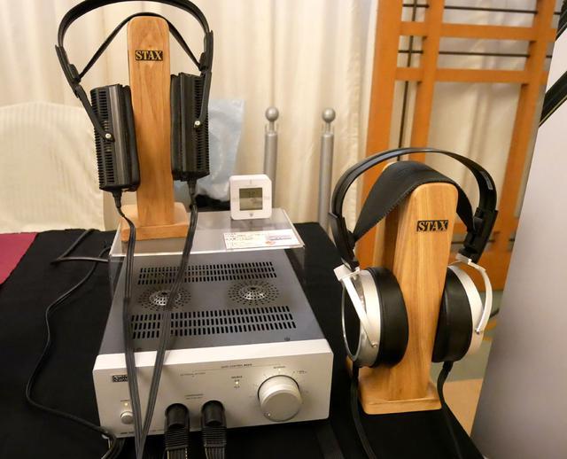 画像: ▲管球式アンプ「SRM-700T」を、同社静電式ヘッドホン「SR-009」(手前)と「SR-L700MK2」で聞き比べられる、というデモ。半導体式の「SRM-700S」も同じセットが展示されていて、合計4種類のサウンドの聞き比べが楽しめる