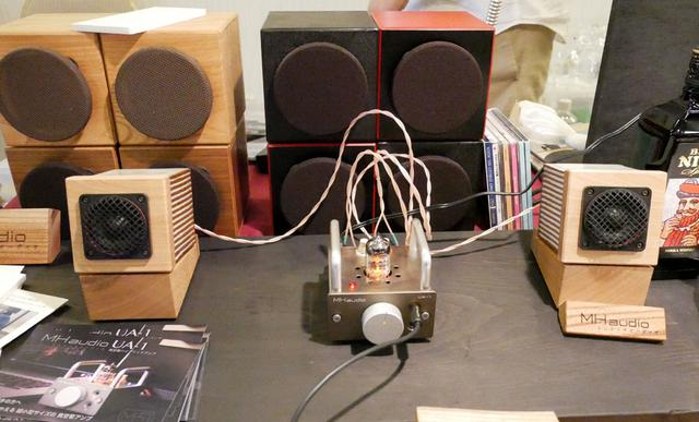 画像: ▲超小型スピーカー「KION」(¥47,000+税 ペア)と管球式アンプ「UA-1」(¥68,000+税)を組み合わせてミニマムシステムを組んだところ