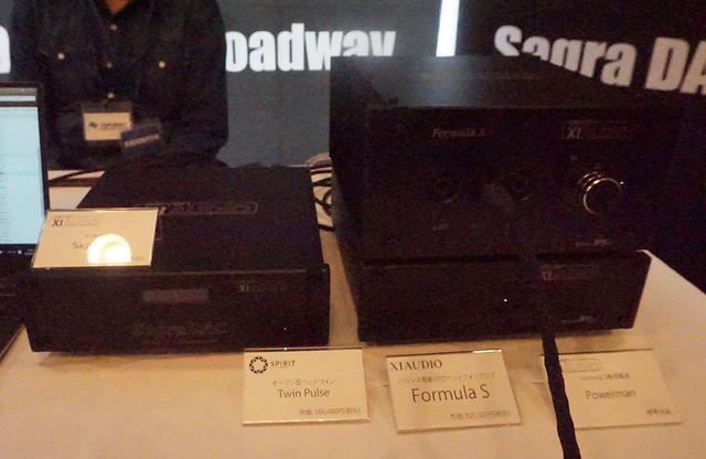 画像: 左がXIAUDIOのDAC「SagraDAC」で、右はヘッドホンアンプの「Formulas」