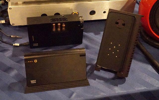 画像: 写真左側手前が「WA11」で、右が専用カバー