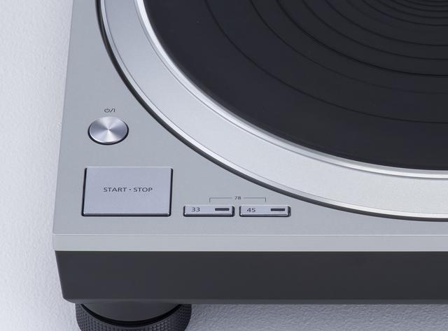 画像: SL1500Cの回転数は、33・1/3rpm、45rpm、の2つのボタンが設けられ、両方を同時に押すことで78rpmとなる。