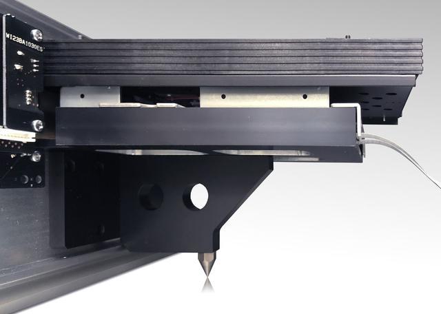 画像: ドライブメカは、ベースを通じて1点スパイク接地
