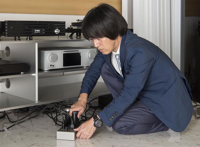 画像: 今回は土方さんの自宅1F試聴室のシステムを使い、「MC-0.5 Helix +」と「MC-0.5」の効果を確認した。アンプやプレーヤーをつないでいる電源タップにそれぞれを挿している