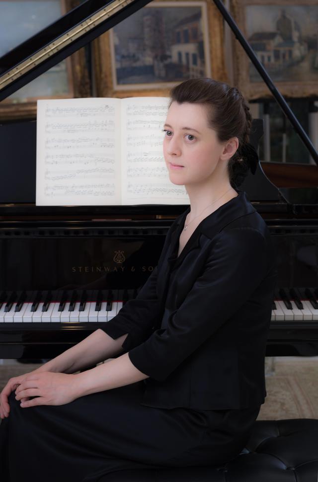 画像: ●イリーナ・メジューエワ プロフィール ロシアのゴーリキー(現ニジニー・ノヴゴロド)生まれ。5歳よりピアノを始め、モスクワのグネーシン特別音楽学校とグネーシン音楽大学(現ロシア音楽アカデミー)でウラジーミル・トロップに師事。1992年ロッテルダムで開催されたE.フリプセ国際コンクールでの優勝後、オランダ、ドイツ、フランスなどで公演を行なう。1997年からは日本を本拠地とし、2003年、日本国内4都市でサンクトペテルブルク放送交響楽団と、2004年と2006年にはカルテット・イタリアーノと共演したほか、2005/06年のシーズンにはザ・シンフォニーホール(大阪)で4回にわたるシリーズ演奏会を開催。2006年以降は毎年京都でリサイタルを開くなど、精力的な演奏活動を展開している。 ©️奥村和泰 www.stereosound-store.jp
