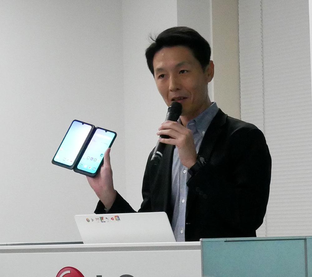 画像: 2画面スマホの特徴を説明する同社 モバイルコミュニケーションプロダクトチーム長の金氏
