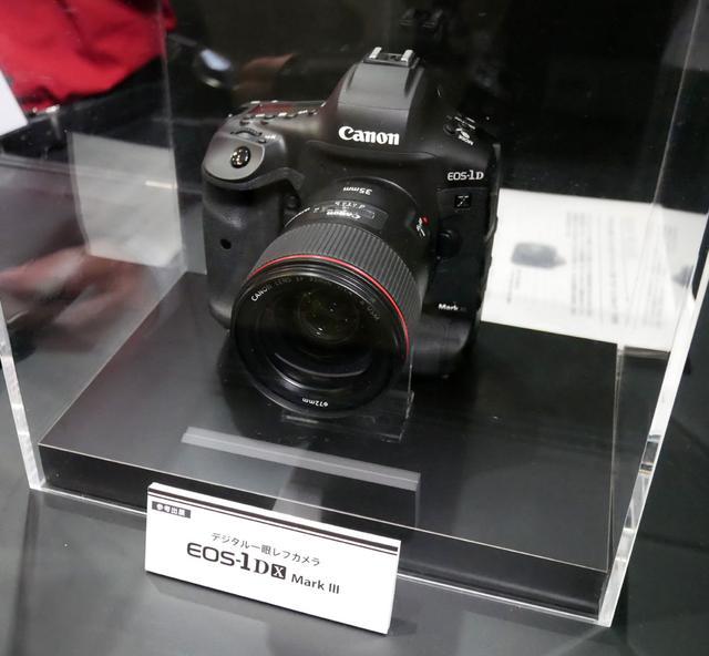 画像: ▲先日、開発発表のあったデジタル一眼レフカメラ「EOS-1DX MarkIII」もひっそりと展示されていた