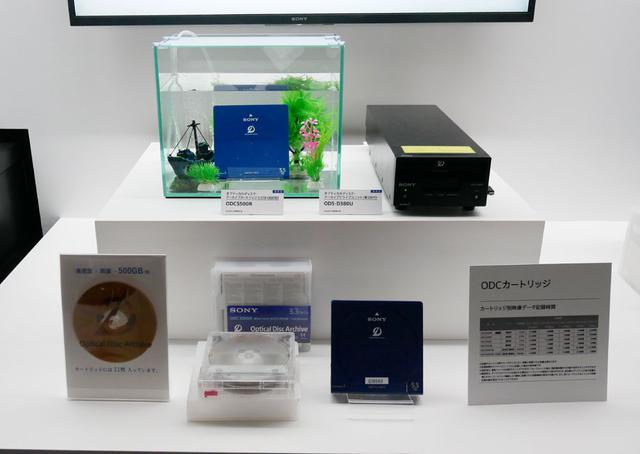画像: ▲CEATECでも展示されていたアーカイブシステムの最新モデル。ディスクの読み出し速度はおよそ1.7倍に高速化されているそう。ディスク容量は1カートリッジあたり500GBになった(片面3層、両面で6層のディスクが11枚収納されている)