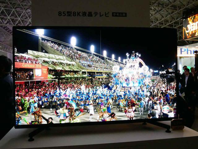 画像: ▲ブースの奥のほうに展示されている85インチの8Kディスプレイ。海外では販売中だが、国内導入は未定とか。NHKブースには同モデルの98インチが展示されている