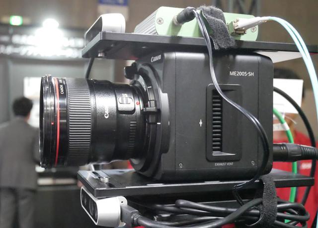 画像: ▲多目的カメラ「ME200S-SH」は、前にNHKの技術展示会でも紹介されていたリアルタイム背景合成システムと組み合わせてデモを行なっていた。カメラ上部に設置されたセンサーが距離を計測し、人物の背景にCG映像をリアルタイムで合成してくれる、というもの