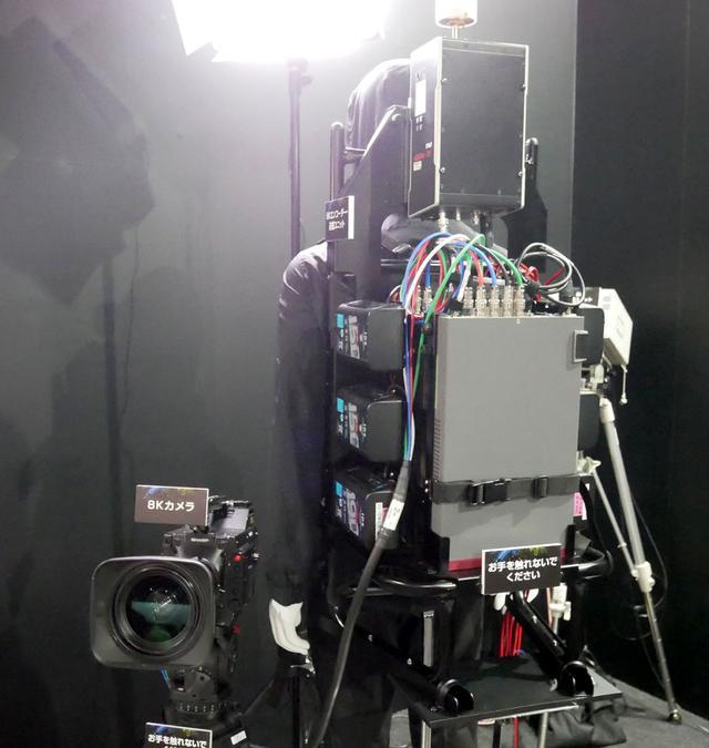 画像: ▲8K撮影用のワイヤレスシステム。カメラの映像を低遅延で伝送できるシステム(右側の大型リュックみたいなの)をひとまとめにしてある。重量は20kgほどとか