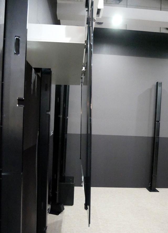 画像: ▲今年の技研公開でも展示されていたシート状の88型有機ELディスプレイ。22.2chのサラウンドシステムと組み合わせて展示されていた
