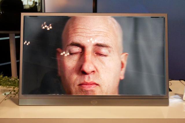画像: ▲Looking Glass Factoryでは、裸眼で立体視ができる8K仕様のディスプレイ「The Looking Glass 8Kイマーシブ・ディスプレイ」を展示していた。ライトフィールド技術(一つの被写体を複数のカメラで撮影する)によって映像を生成するそうで、デモでは男性の顔を表示しており、見る位置を変えると顔の見える角度も変わっていた
