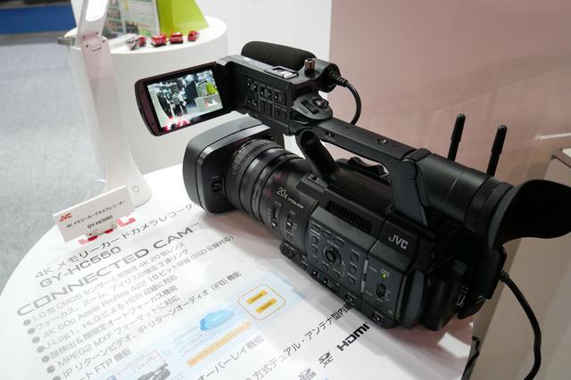画像: ▲JVCケンウッドでは、普及の進むIPベースの映像制作システムに適合する4Kカメラ「GY-HC550」(写真)、「GY-HC500」をメインに展示。1.0型のCMOSセンサーに、新開発の4K対応20倍ズームレンズの搭載が特徴。別売りのSSDメディアを使えば、4K/60p Apple ProRes 4:2:2 10ビットの収録も可能