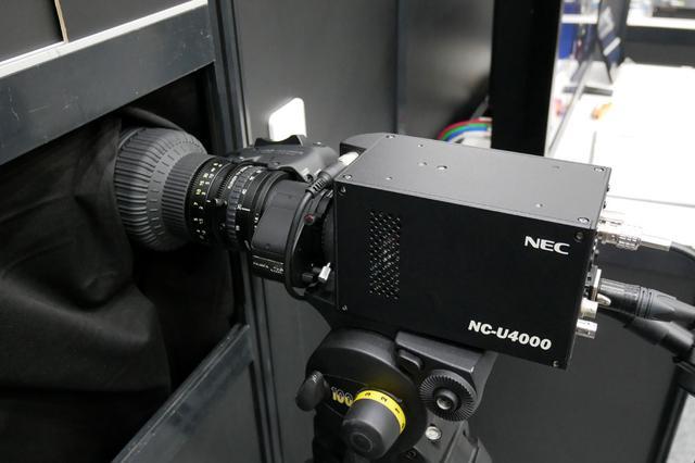 画像: ▲NECブースでは、各種展示に交じって、4Kフォーマットで撮影できる超高感度のカメラの試作機デモも行なっていた。2/3型のセンサーによる3板式のカメラで、0.1ルクス下でも撮影が可能という。来年夏の発売を目指しているそう。主な用途は監視カメラ、定点カメラとか