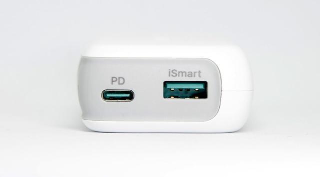 画像: ポートは、USB Type-CとAの2口を装備する