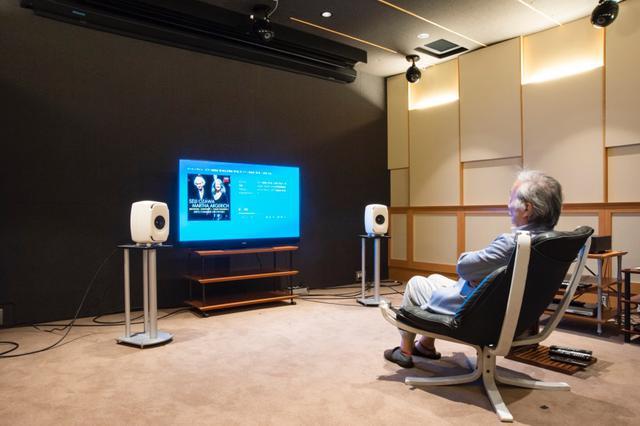 画像: 取材はHiVi視聴室で行なった。スタンドは視聴室常設のJ1プロジェクト製スピーカースタンド(生産完了品)を使用。ディスプレイはパナソニックの有機ELディスプレイ、TH-55GZ2000