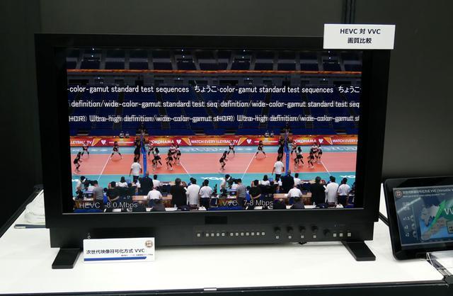 画像: ▲地上テレビ放送高度化へ向けて、現在規格化が進んでいる次世代の映像符号化方式「VVC」圧縮によるデモも行なっていた。画面左は現在の新4K放送で使われているHEVC、右がVVCとなる。同じ8Mbpsのというかなり厳しいビットレートで圧縮していたが、VVCのほうはかなり綺麗な映像となっていた。現在の地デジはチャンネルあたり約13~17Mbpsのビットレートを使っており、これをVVCに置き換えればより低いレートで4K映像が伝送でき、空いたレートをほかに活用できる、という目論見だ。ちなみに、現在のVVCエンコードはリアルタイムの3万倍かかるそうで、1秒の映像のエンコードに3万秒(約8時間)かかるという