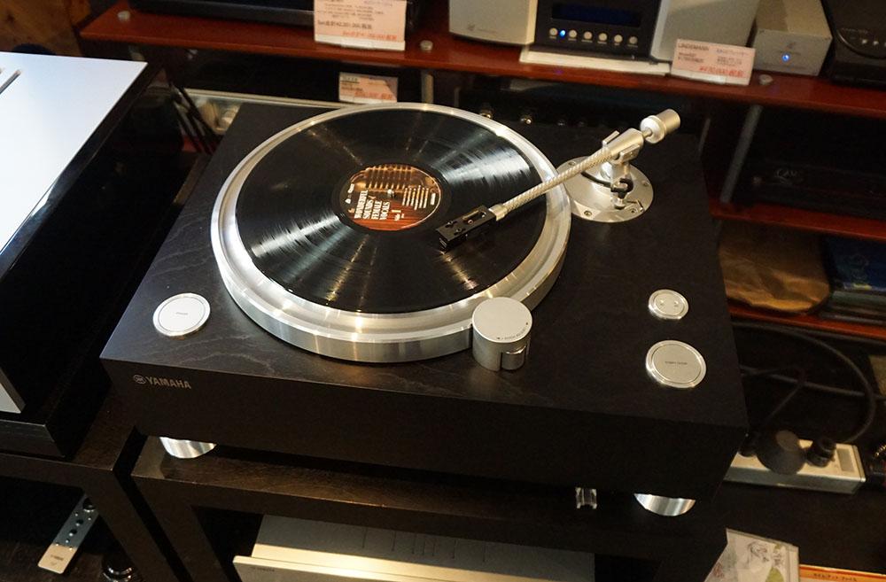 画像: 再生に使った「GT-5000」のウッド仕上げ。会場にはピアノブラック仕上げも展示されていた