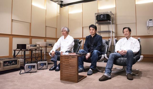 画像: StereoSound ONLINE試聴室に鈴木さんとE500 for Musicの開発陣おふたりをお招きし、実際に音を聴きながら開発のテーマやモノ作りの裏側までお話いただいた。写真左が進 正則さんで、右が小野寺泰洋さん