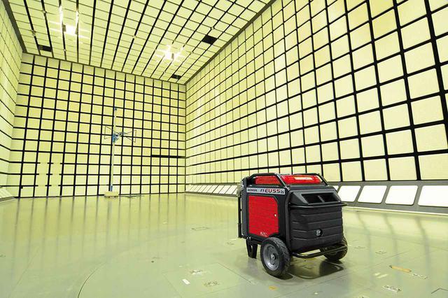 画像: ホンダの研究開発施設内にある電磁波測定室(電波暗室)。写真は業務用発電機を測定している様子だが、E500 for Musicでも同様の測定を行なっている