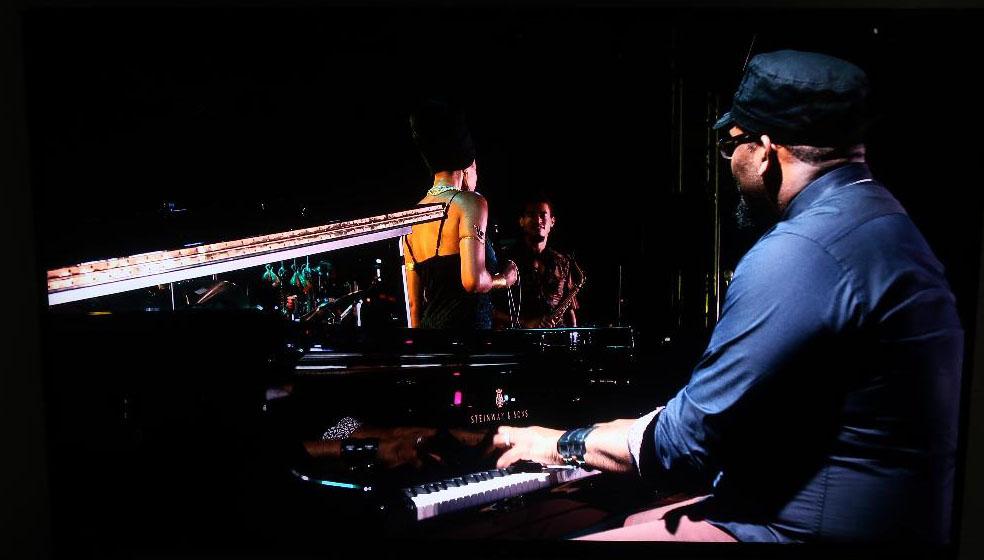 画像: ピアノの黒艶。手の皺がリアル